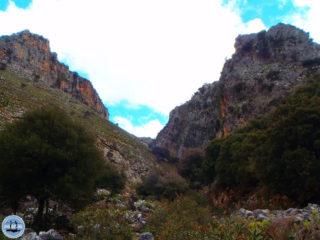 experienced-hikers-in-crete